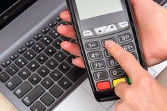 Рука женщины используя стержень оплаты, вписывает личный идентификационный номер Стоковые Фото