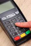 Рука женщины используя стержень оплаты, вписывает личный идентификационный номер Стоковые Фотографии RF