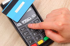 Рука женщины используя стержень оплаты, вписывает личный идентификационный номер Стоковое Изображение