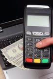 Рука женщины используя стержень оплаты, доллар валют на компьтер-книжке в предпосылке Стоковые Фотографии RF