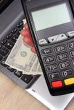 Рука женщины используя стержень оплаты, доллар валют на компьтер-книжке в предпосылке Стоковое Фото