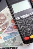 Рука женщины используя стержень оплаты, польские деньги валюты на компьтер-книжке Стоковые Изображения