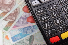 Рука женщины используя стержень оплаты, польские деньги валюты Стоковая Фотография