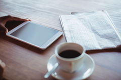 Рука женщины используя цифровую таблетку пока имеющ кофе Стоковые Изображения RF