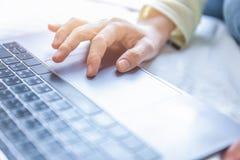Рука женщины ища данные на интернете от тетради Стоковые Фотографии RF