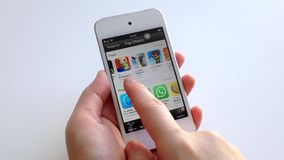 Рука женщины ища app с указательным пальцем на умном приборе сток-видео