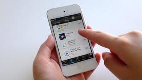 Рука женщины ища app с указательным пальцем на умном приборе акции видеоматериалы