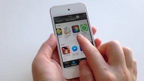 Рука женщины ища app с указательным пальцем акции видеоматериалы