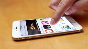 Рука женщины ища app с указательным пальцем сток-видео