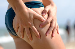 Рука женщины и забота тела Стоковые Изображения
