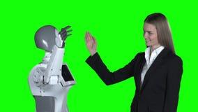 Рука женщины и рука робота дают 5 зеленый экран движение медленное видеоматериал