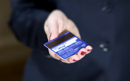 рука женщины кредита карточки Стоковое Фото
