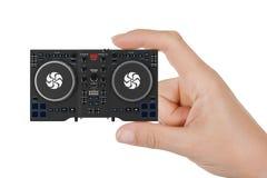 Рука женщины крупного плана с черным современным смесителем Equi Turntable DJ установленным Стоковая Фотография