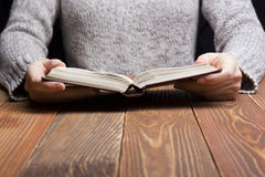Рука женщины крупного плана держа карманную книгу для того чтобы прочитать Стоковые Изображения