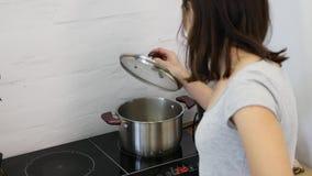 Рука женщины начинает плита индукции сток-видео