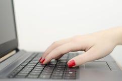 Рука женщины на клавиатуре Стоковые Изображения