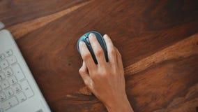 Рука женщины на мыши компьютера видеоматериал