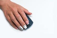 Рука женщины на мыши компьютера Стоковые Фотографии RF