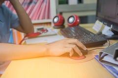 Рука женщины на мыши работая в офисе Стоковое Изображение RF