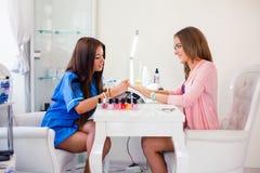 Рука женщины на обработке маникюра в салоне красоты Салон красоты Стоковое Изображение
