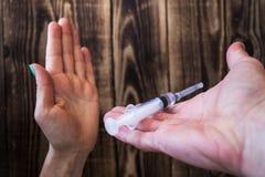 Рука женщины нет к лекарствам, руке держа шприц Стоковая Фотография RF
