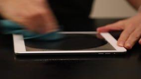 Рука женщины очищая цифровой ПК таблетки экрана акции видеоматериалы