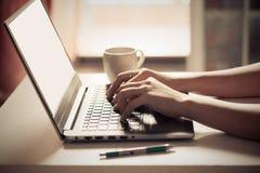 Рука женщины печатая на ноутбуке Селективный фокус стоковые фото