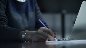 Рука женщины пишет и печатающ на клавиатуре компьтер-книжки сток-видео