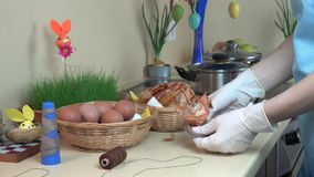 Рука женщины подготавливает пасхальные яйца покрашенные с кухней раковины лука 4K акции видеоматериалы