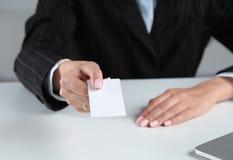Рука женщины показывая пустую визитную карточку Стоковые Фото