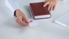Рука женщины показывая пустую визитную карточку Стоковое Фото
