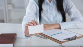 Рука женщины показывая пустую визитную карточку Стоковые Фотографии RF