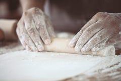 Рука женщины подготавливая тесто хлеба для печь печений Стоковые Фотографии RF