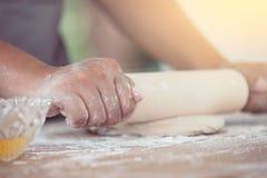 Рука женщины подготавливая тесто хлеба для печь печений Стоковая Фотография RF