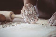 Рука женщины подготавливая тесто хлеба для печь печений Стоковое фото RF