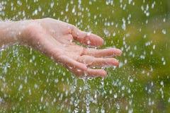 Рука женщины под дождем Стоковые Изображения RF
