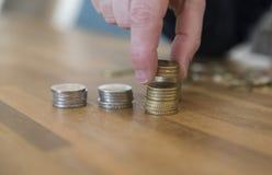 Рука женщины подсчитывая монетки денег Стоковое Фото
