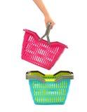 Рука женщины принимая корзину для товаров от кучи. Стоковые Изображения RF