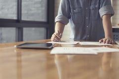 рука женщины работая с документом и таблеткой, селективным фокусом a Стоковые Фото