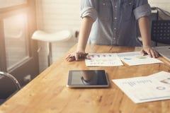 рука женщины работая с документом, таблеткой и портативным компьютером n Стоковая Фотография