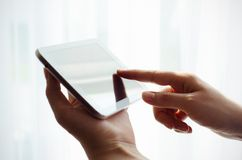 Рука женщины работая с таблеткой Стоковое Изображение