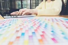 Рука женщины работая с телефоном и компьтер-книжкой на деревянном столе в офисе смогите быть использовано на объявлении Стоковые Изображения
