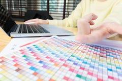 Рука женщины работая с телефоном и компьтер-книжкой на деревянном столе в офисе смогите быть использовано на объявлении Стоковая Фотография RF