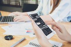 Рука женщины работая с телефоном и компьтер-книжкой на деревянном столе в офисе смогите быть использовано на объявлении Стоковое Изображение