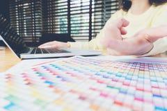 Рука женщины работая с телефоном и компьтер-книжкой на деревянном столе в офисе смогите быть использовано на объявлении Стоковое фото RF