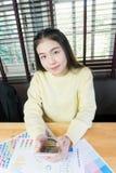 Рука женщины работая с телефоном на деревянном столе в офисе смогите быть использовано на рекламе Стоковые Фото