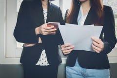 Рука женщины работая с телефоном на деревянном столе в офисе смогите быть использовано на рекламе стоковые изображения