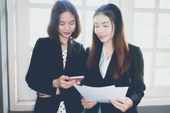 Рука женщины работая с телефоном на деревянном столе в офисе смогите быть использовано на рекламе Стоковое фото RF