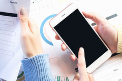 Рука женщины работая с телефоном на деревянном столе в офисе смогите быть использовано на рекламе стоковая фотография rf