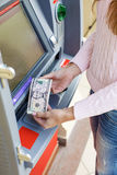 Рука женщины разделяя деньги от внешнего банка ATM Стоковые Фотографии RF